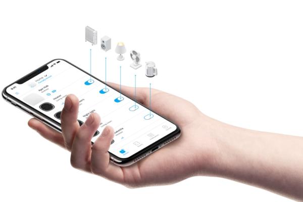 main avec smartphone équipements